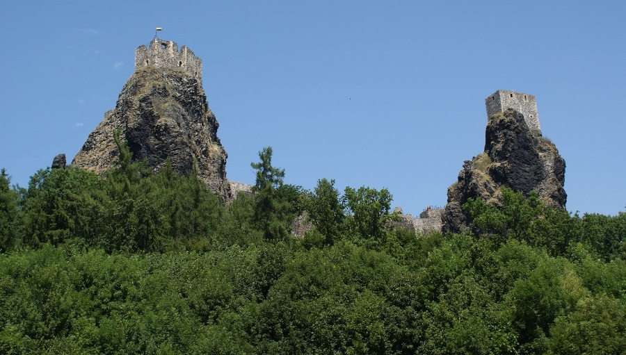 De 'oude dame en de maagd', de twee torens van Trosky (foto Henk-Jan van der Klis, flickr)