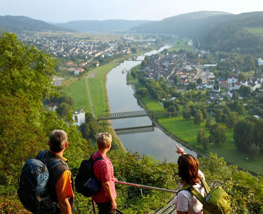 Wanderer-mit-Blick-auf-Bodenwerder-(c)-Weserbergland-Tourismus-e.V