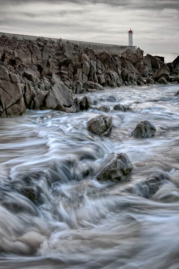 Titel: Ochtend vloed… Bijna zelfde locatie in de ochtend koelte. Zonder filter kon ik de sluitertijd iets verlengen: ISO 160, F 22, ¼ seconden. Door deze sluitertijd te kiezen zie je de onstuimigheid van de zee tijdens de overgang van vloed naar eb. HDR bewerking. Ochtendvloed.....ISO 160, F 22, ¼ seconden / Ben Töller