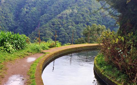 Watervallen en tunnels langs de 'Levada de Janela' op Madeira