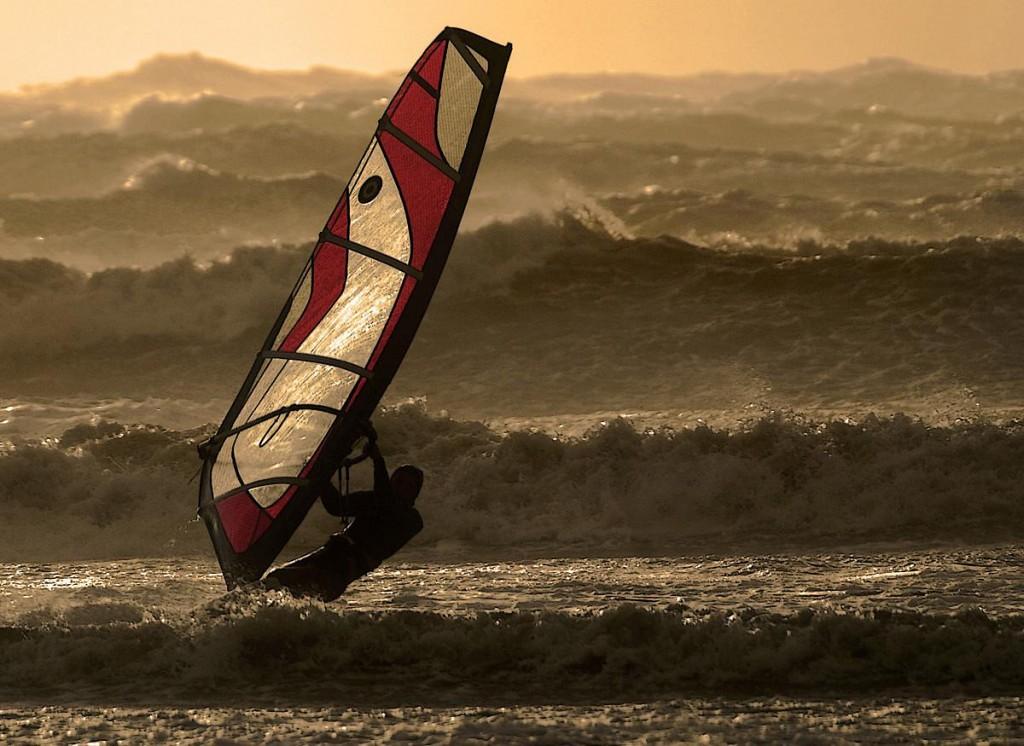 Surfer in de storm op Texel / Foto Ben Töller