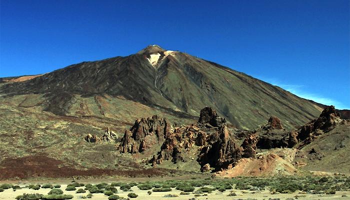 Overzichtsfoto Los Roques de Garcia (hier loop je omheen) met de Teide op de achtergrond.