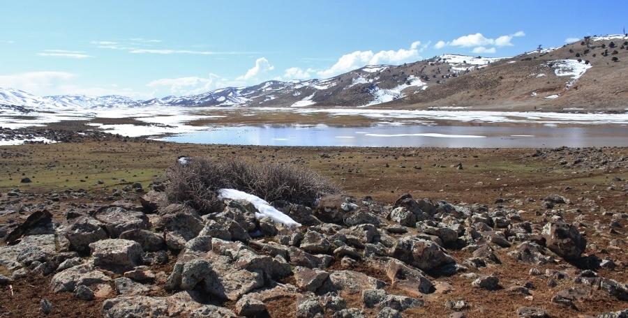 Sneeuw en meertjes in het Atlasgebergte (foto Miez Peek)