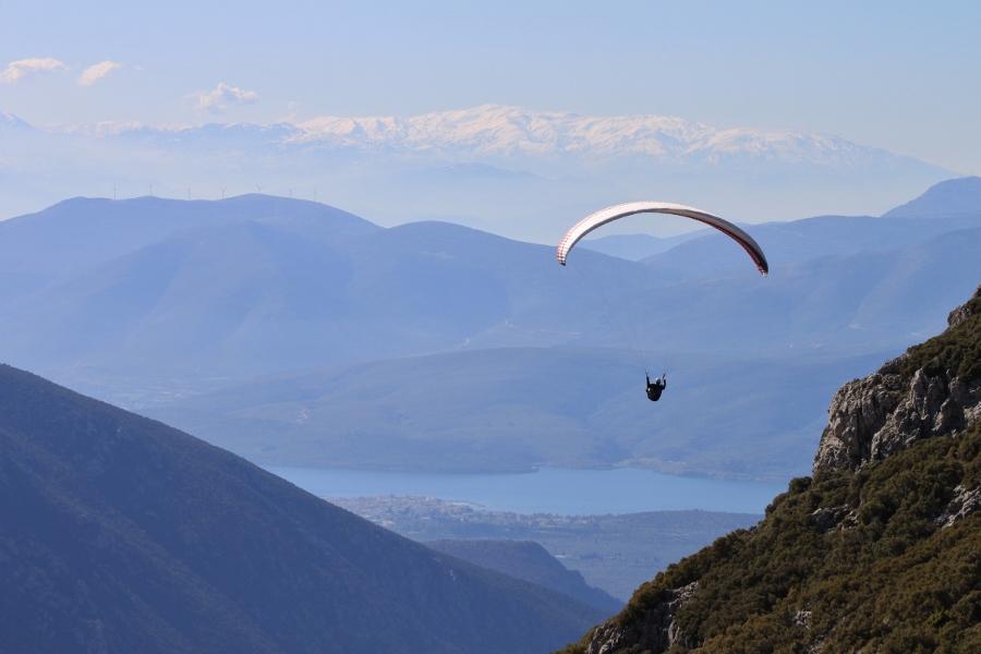 Parapente richting de Golf van Korinthe met de bergen van de Peloponnesos op de achtergrond.