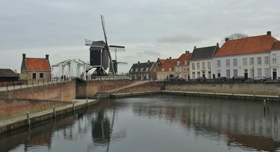 De Heusdense binnenhaven met de walmolens (foto Miez Peek).