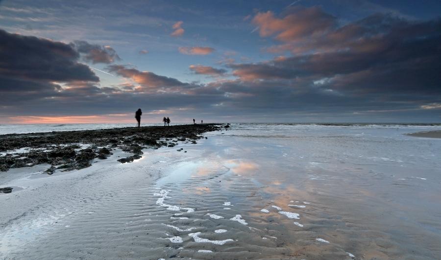 Wolkenspiegel op het Noordzeestrand op Texel (foto Antwan Janssen).