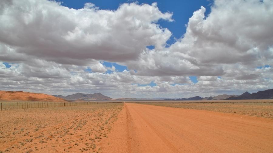 De wolken versterken het landschap in Namibië (foto Jeannette Peper).