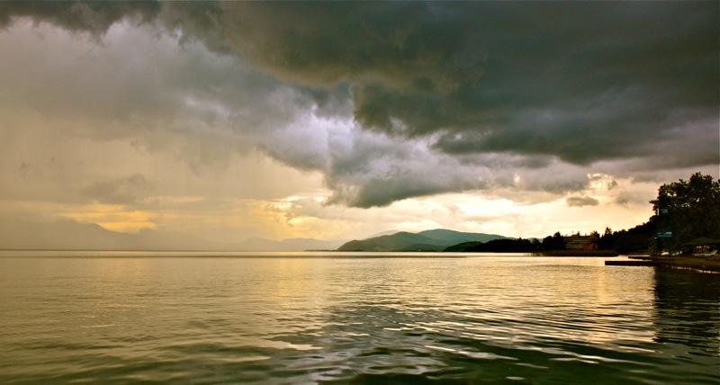 Een gouden wolkenwereld in Macedonië (foto Marjo Steffen).