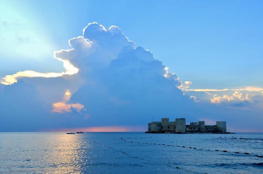Een wolk als decor in Turkije (foto Maria Peerdeman).