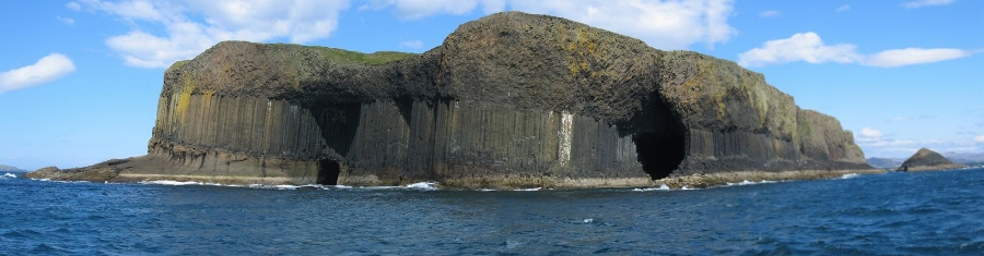 Staffa met de grotten (foto Scott MacLeod Liddle, flickr)