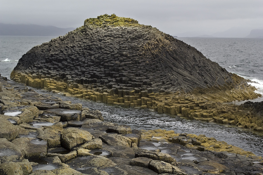 De basaltpilaren hebben allerlei kleuren gekregen (foto Dun Deagh, flickr)