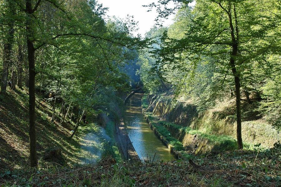 Een oud gedeelte van het Marne-Rijnkanaal laat zien wat voor knap staaltje werk het aanleggen is geweest.