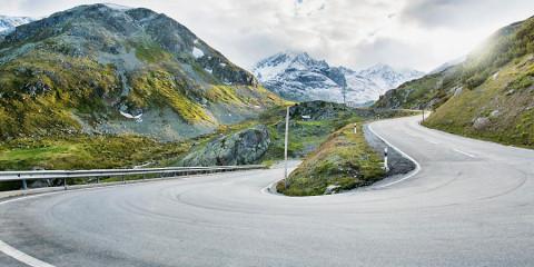 Historische autoroute door Zwitserse Alpen. Wandelschoenen mee!