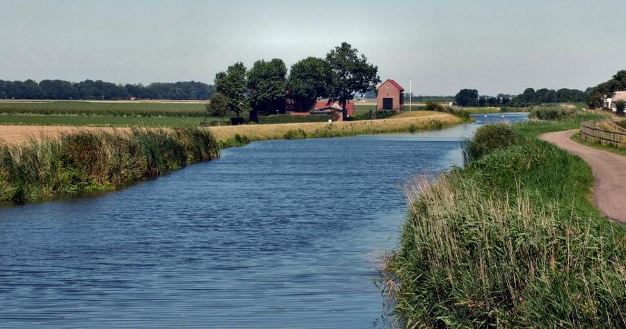 Het Groene Hart betekent veelvuldig fietsen langs het water (foto Gerard Stolk, flickr)