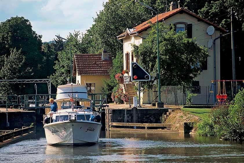 Onderweg na weer een sluis (foto Toerisme-Saarland)