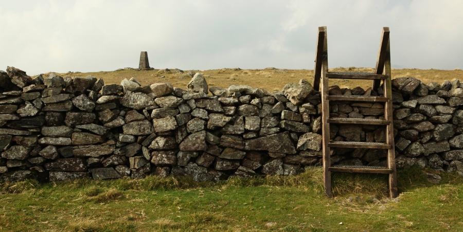 Overal eeuwenoude muurtjes, de ene keer als routewijzer de andere keer als obstakel (foto Morph, flickr)