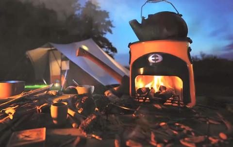Eigentijds buiten koken op sprokkelhout