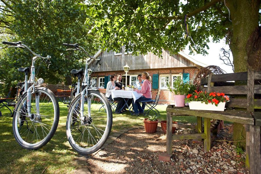 Radfahrer pausieren beim Landgasthaus - © Emsland Touristik GmbH, Meppen