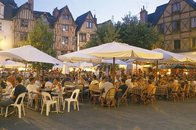 terrasses-de-cafe-sur-la-place-plumereau_ezoe_grid_1