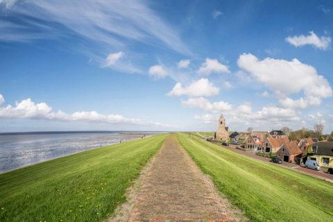 Als een pionier over de eeuwenoude voetpaden van Noordoost-Friesland