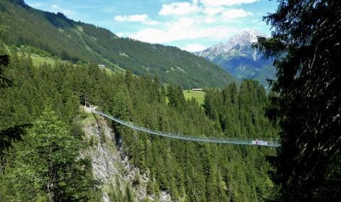 Wandel je over of onder deze 100 meter hoge hangbrug?
