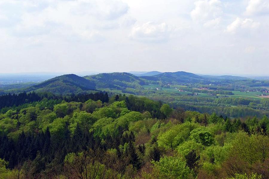 Teutoburger_Wald_vom_Aussichtsturm_Hünenburg_foto-Wikimedia-Zefram