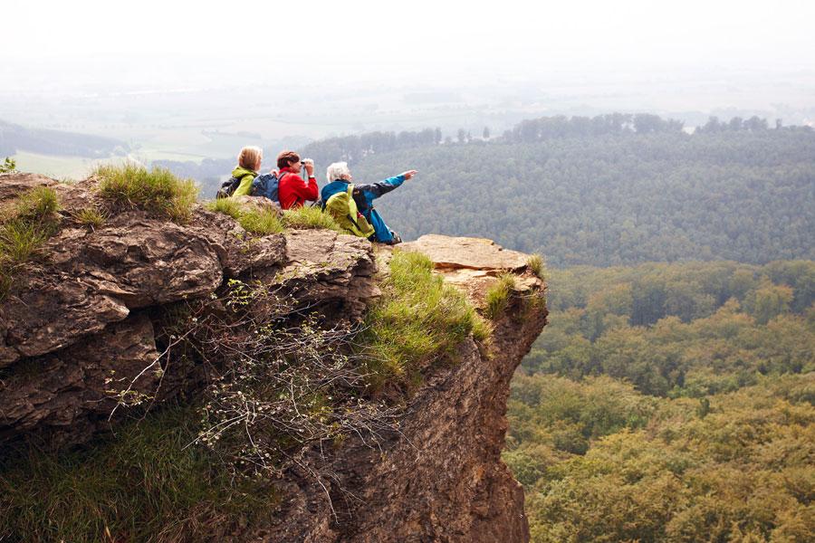 Wanderer--auf-den-Hohenstein-Klippen-(c)-Weserbergland-Tourismus-e.V