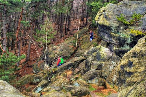 Klimmen en klauteren over de rotsen op een half uur van onze grens