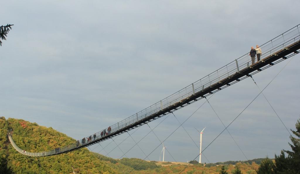 je-kunt-een-rondgaande-wandeling-maken-waarbij-je-ook-onder-de-brug-komt-te-lopen