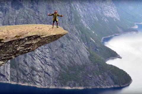 Wie durft? Op de rand van de beroemde 'Trolltunga' in Noorwegen