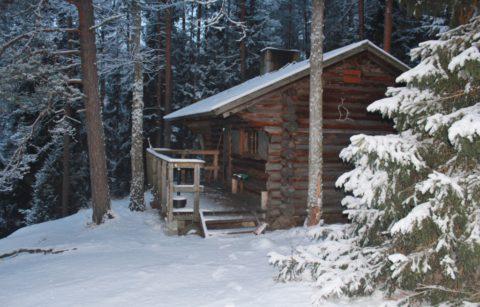 Een winternacht in een afgelegen Finse boshut