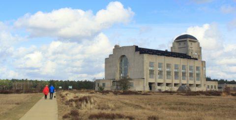 Met een boog om Radio Kootwijk, de 'Kathedraal van de Veluwe'