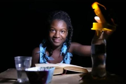 'WakaWaka Light' voor gratis licht in het donker