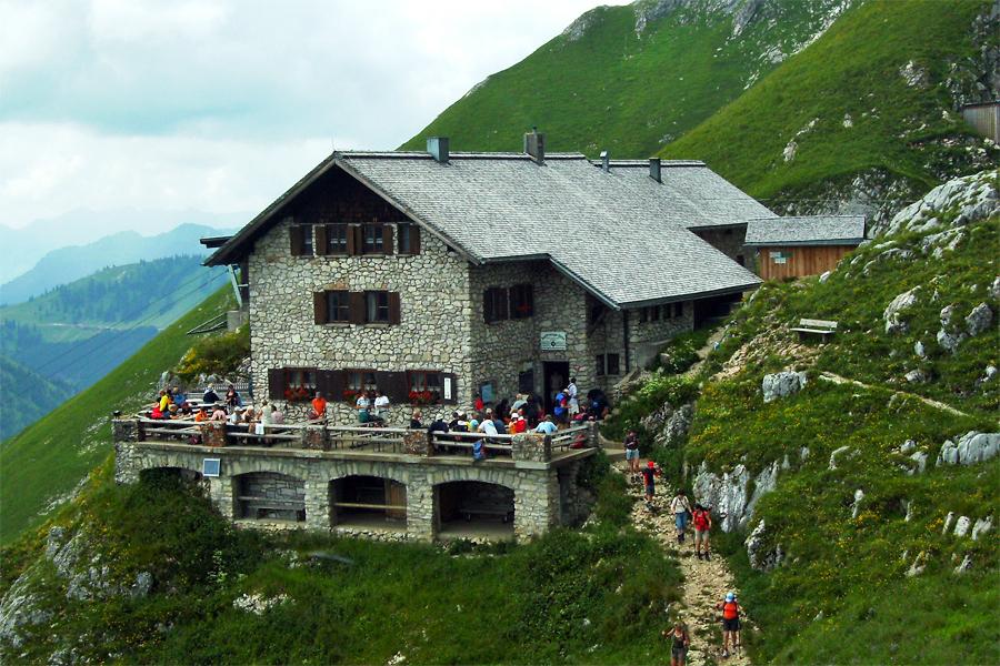Bad-HT-Tirol-Kissinger-Hutte,-Bene-16,-Wikimedia