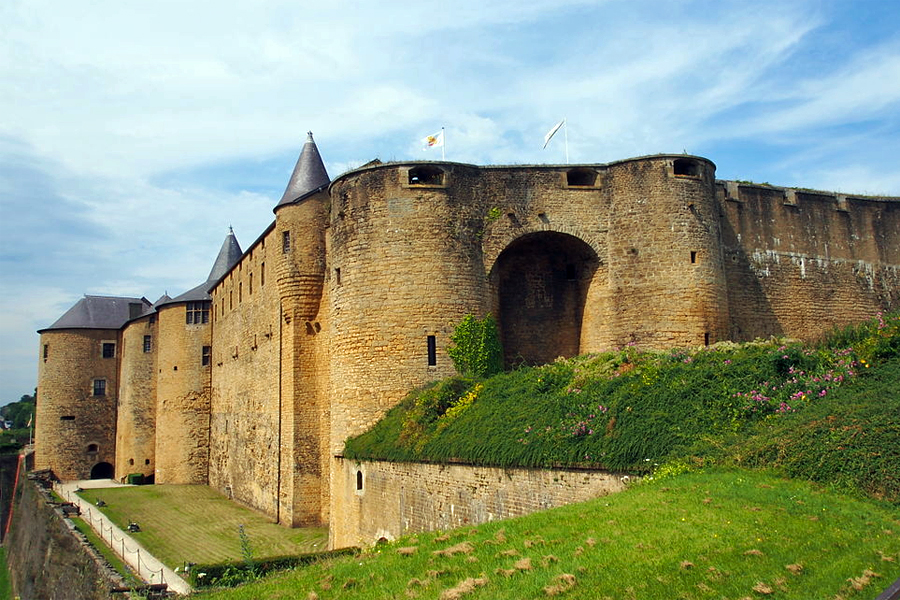 Chateau-van-Sedan,-lfvanBeem,-Wikimedia