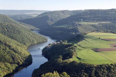 Over de voetgangersbrug van Luxemburg naar Duitsland