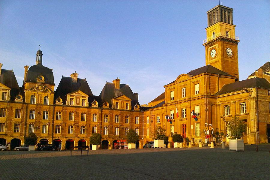 Place-Ducale-de-Charleville-Mezieres,-JPDRUMEL,-Wikimedia