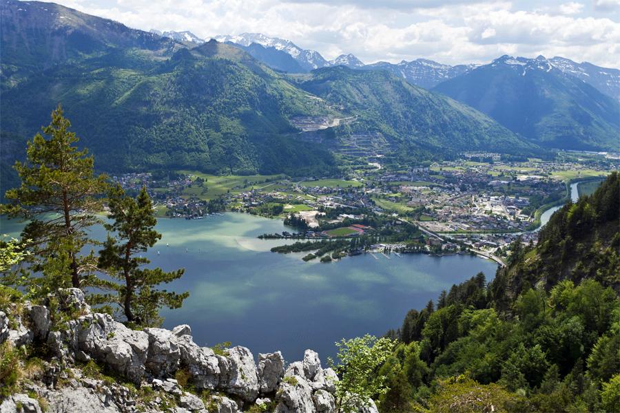 Uitzicht over de Traunsee tussen de bergen van Salzburgerland