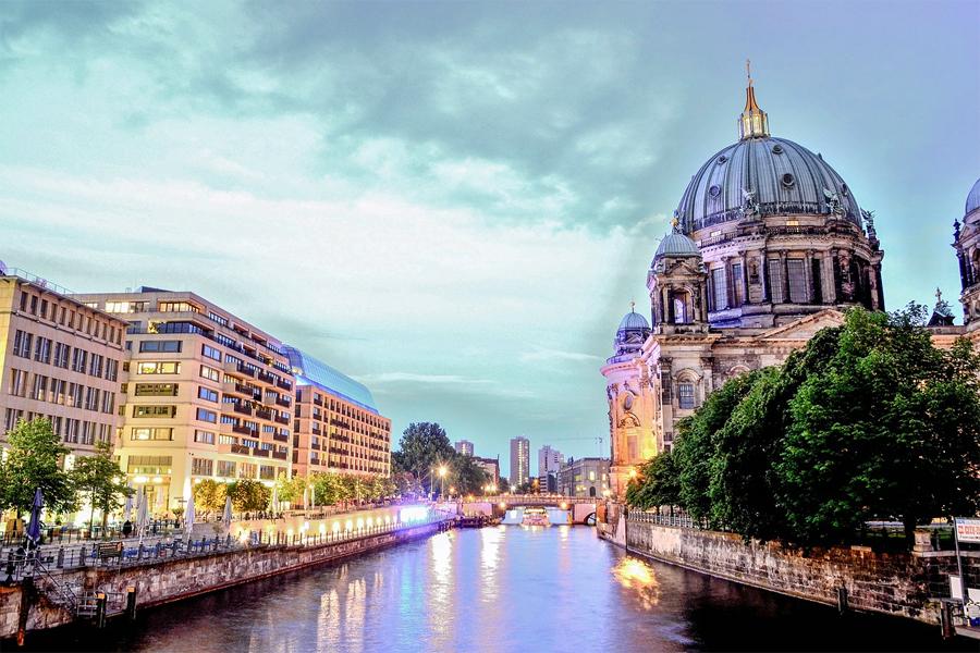 Je reis eindigt in Berlijn tot waar je de rivier de Spree hebt gevolgd. Hier zie je de Berliner Dom vanaf de Spree. Foto: Schlaier, Wikimedia