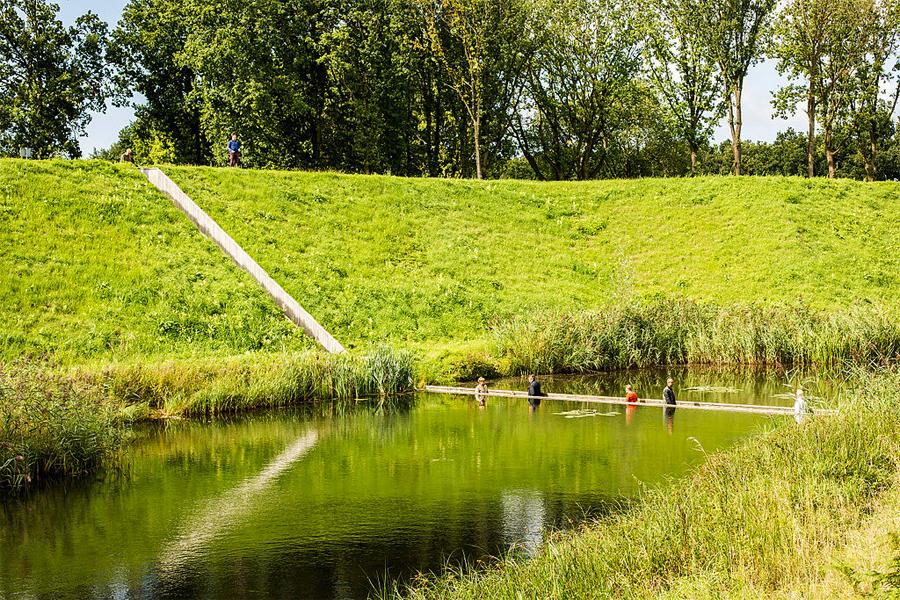 Loopbrug door het water bij Fort Roovere, foto: Digital Eye, Wikimedia