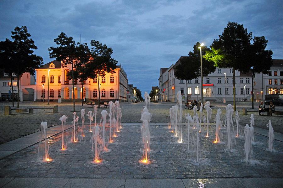 MV--1000meren,-Neustrelitz-marktplatz-rathaus,-Mboesch,-Wikimedia
