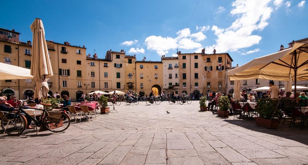 Lucca, Piazza dell'Anfiteatro door Boris Ott, flickr