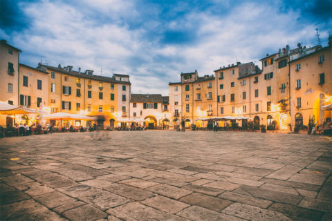 Fietsen over de 16e eeuwse stadsmuren rondom Lucca