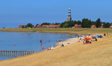 Friese dijkwandeling langs het IJsselmeer