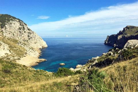 Wandelen over ruige bergketens naar romantische kusten op Mallorca