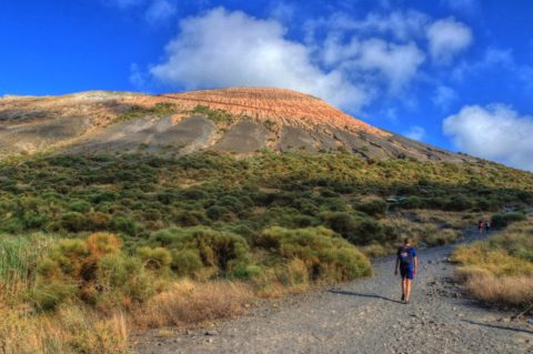 Vanaf de boot direct omhoog naar de kraterrand van Vulcano