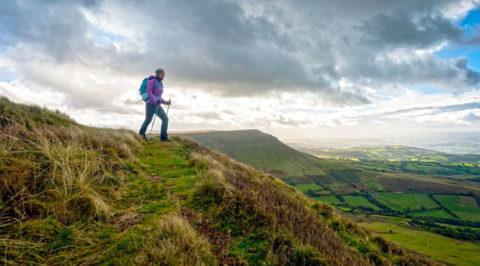 Wandelen als een stipje in het verlaten landschap van Wales