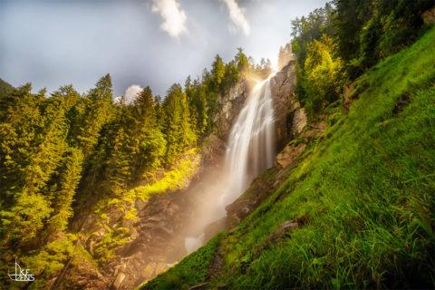 Wandelen langs het watergeweld van de Zwitserse regio Bern