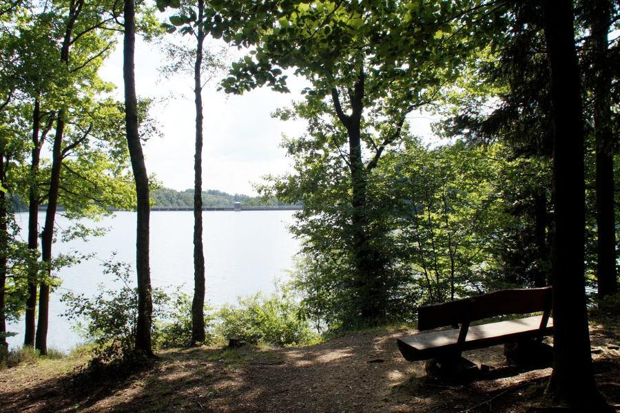 De stuwmeren zijn de ideale rustpunten tijdens je wandelingen over de heuvels