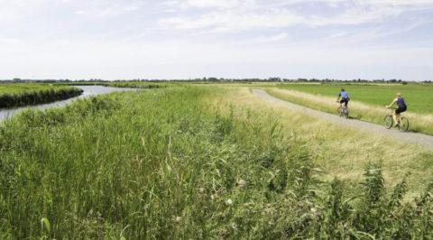 Fietsen in 'Waterland' door het polderlandschap veroverd op de Zuiderzee